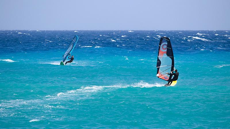Neoprenanzug beim Windsurfing