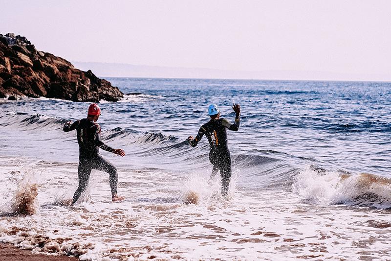 Neoprenanzüge im Wasser