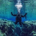 Neoprenhandschuhe beim tauchen unter Wasser