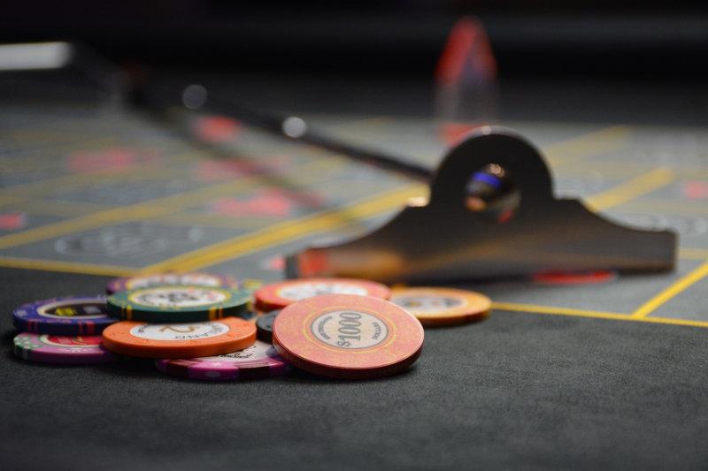 Pokertisch mit Schieber und Pokerchips