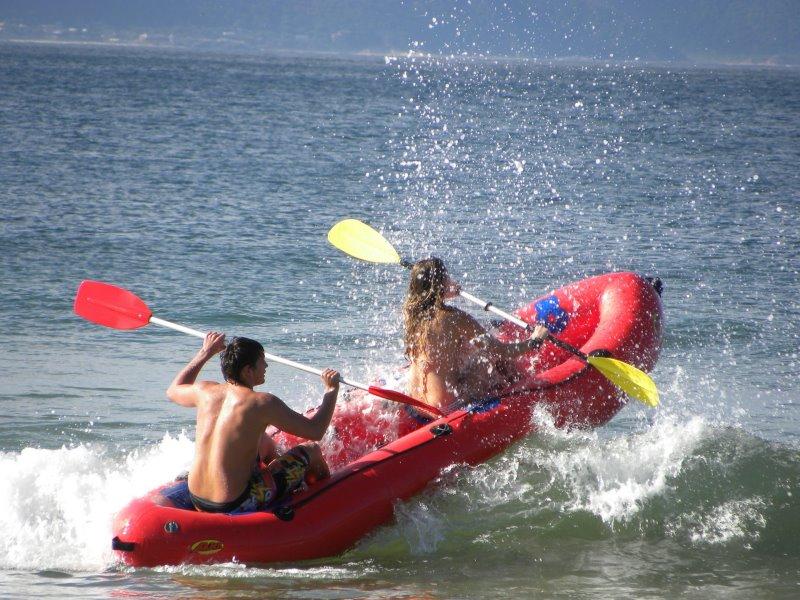 Schlauchboot mit zwei Paddlern