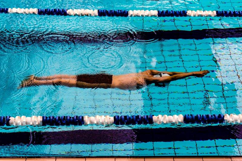 Schwimmer macht Tauchübungen