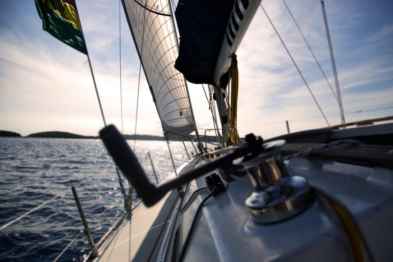 Ein Segelboot steuert gen Horizont