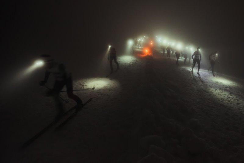 Wintersportler mit Stirnlampen