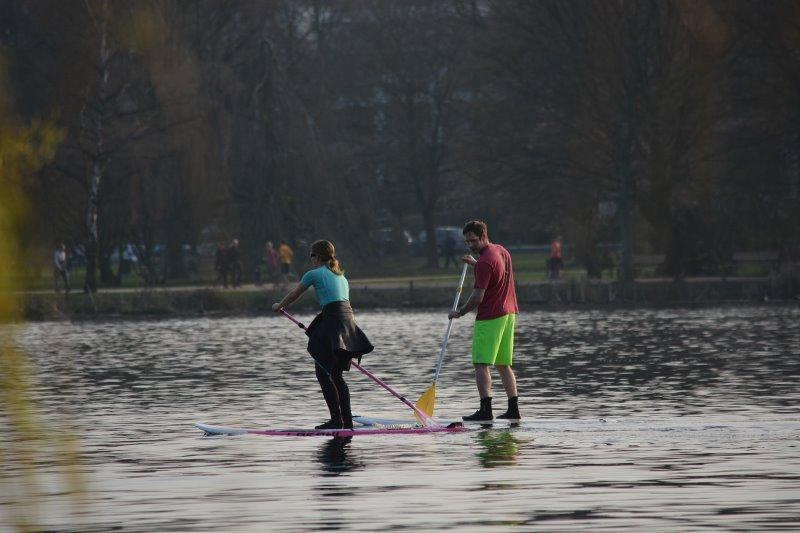 Zwei Personen auf dem Wasser betreiben Stand-Up-Paddling.