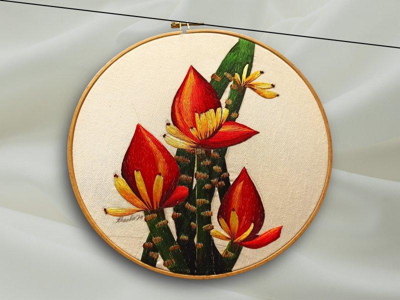 Ein Stickset für Anfänger hat meinst eine Vorlage. Alternativ kann man auch freies Sticken mit Geradstich machen wie bei abgebildeter Blume..