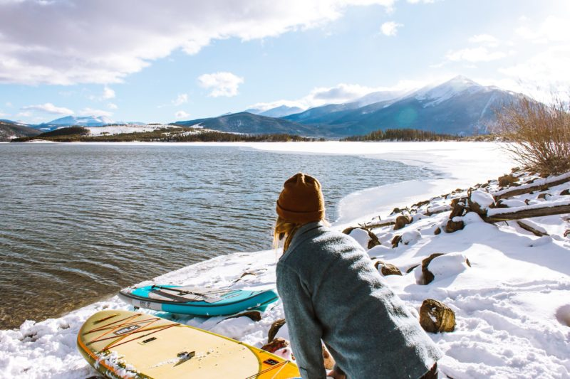 Frau mit SUPs im Winter