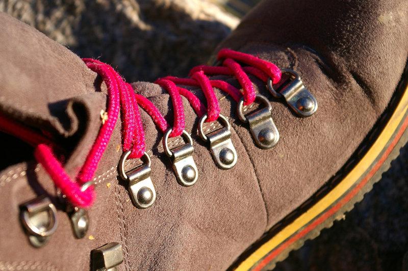 Wanderschuh in Nahaufnahme mit roten Schnürsenkeln