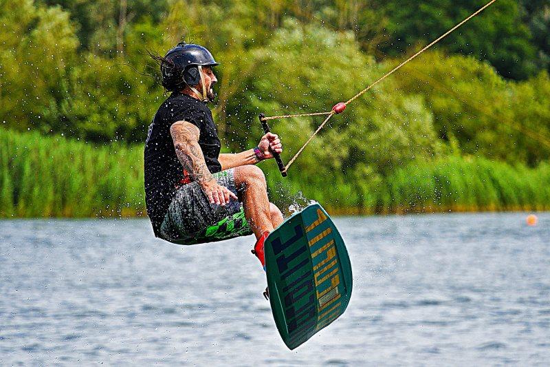 Wassersporthelm beim Wakeboarden
