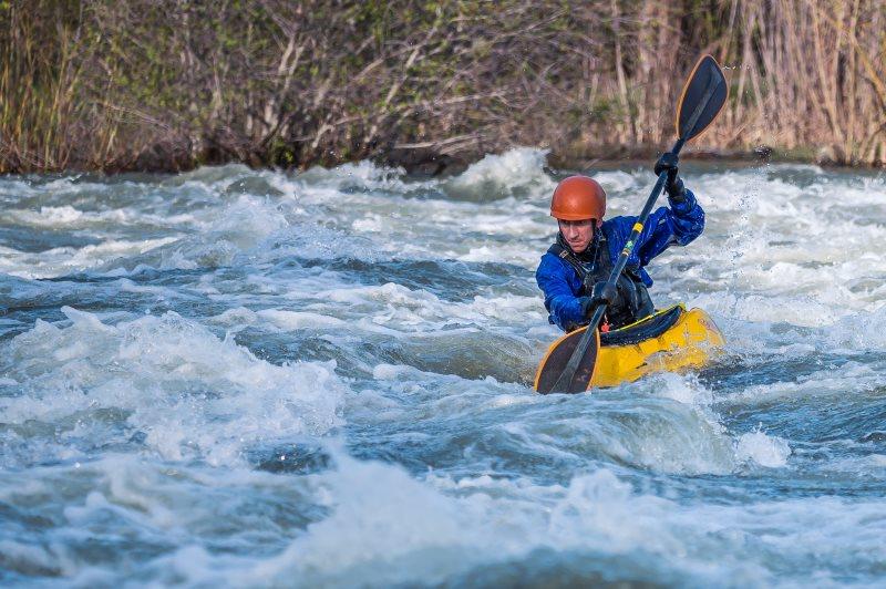 Wassersporthelm beim Kajakfahren