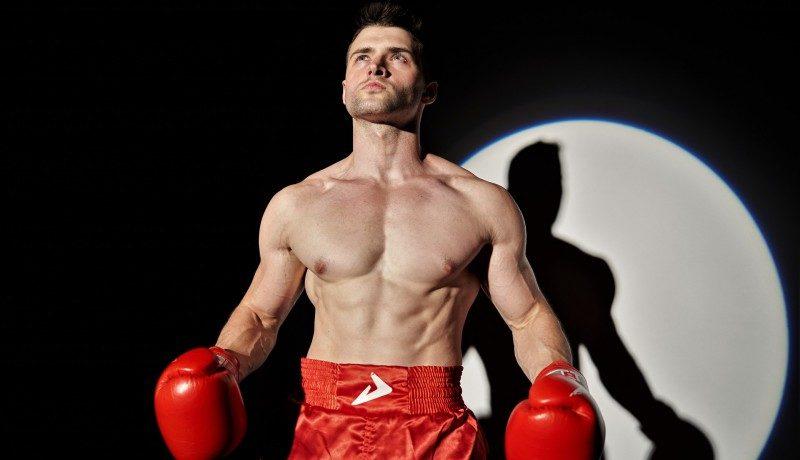 Muskulöser Mann in Box-Kleidung