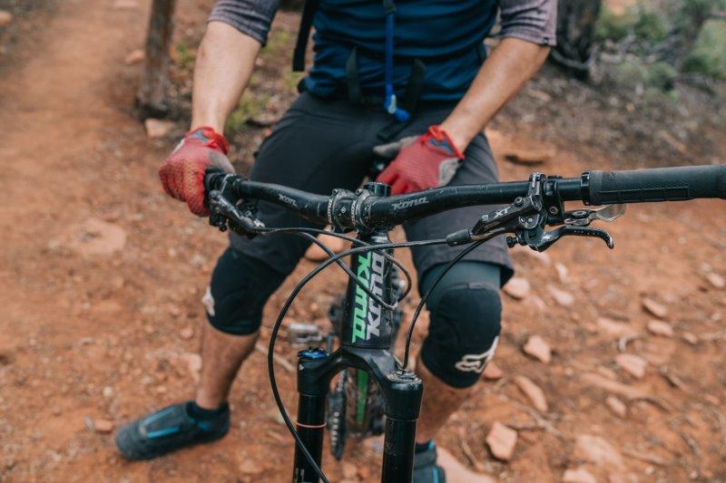 Ein Fahrradfahrer auf einem Mountainbike mit Schutzausrüstung für seine Tour im Fahrradtourismus