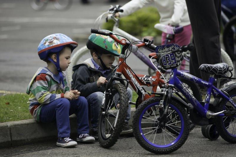 Zwei Kinder machen vom Radfahren eine Pause