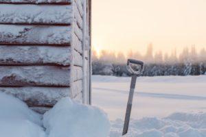 Lawinenschaufel im Schnee