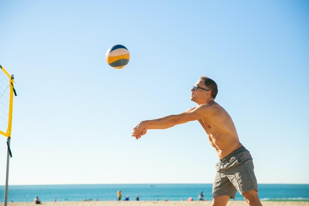 Ein Mann Baggert einen Volleyball