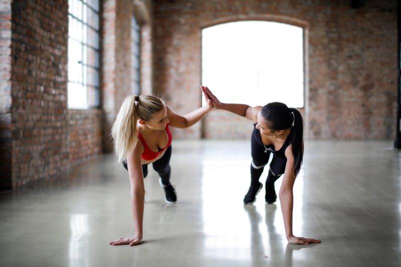 zwei Frauen machen gemeinsam ein Workout