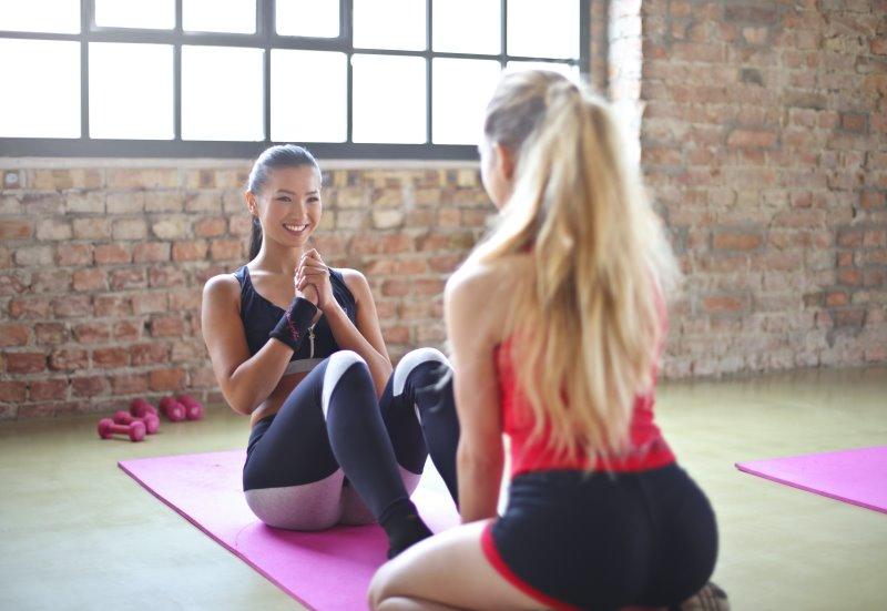 Zwei junge Frauen beim Workout.