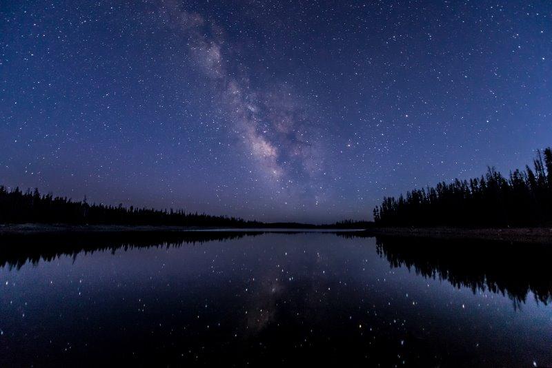 Die Sterne am Nachthimmel leuchten in verschiedenen Intensitäten und Größen