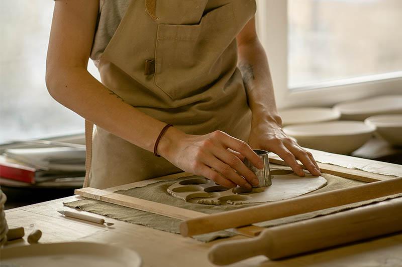 Mit Plätzchenausstechern lassen sich einfach Formen aus Ton ausstechen