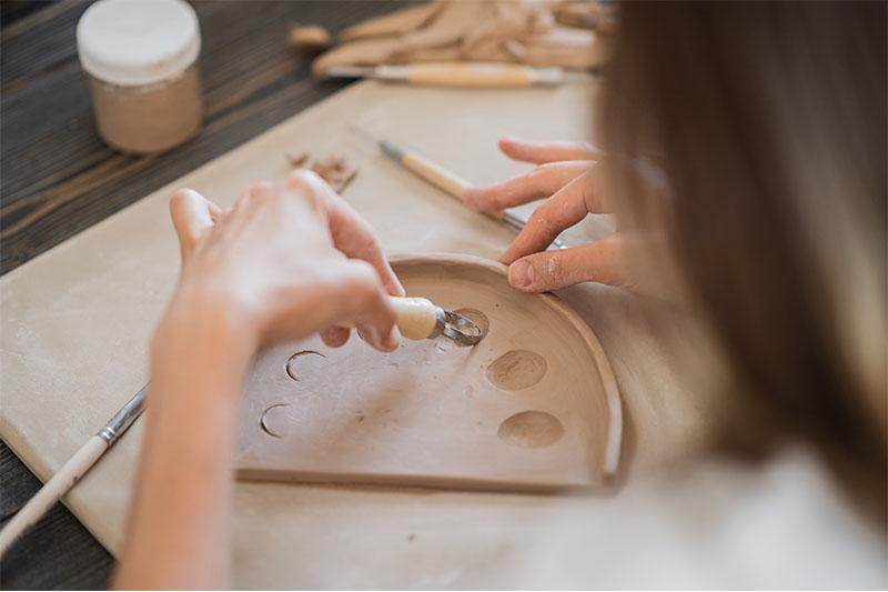 Löcher werden aus einer Keramik Farbpalette ausgehöhlt.