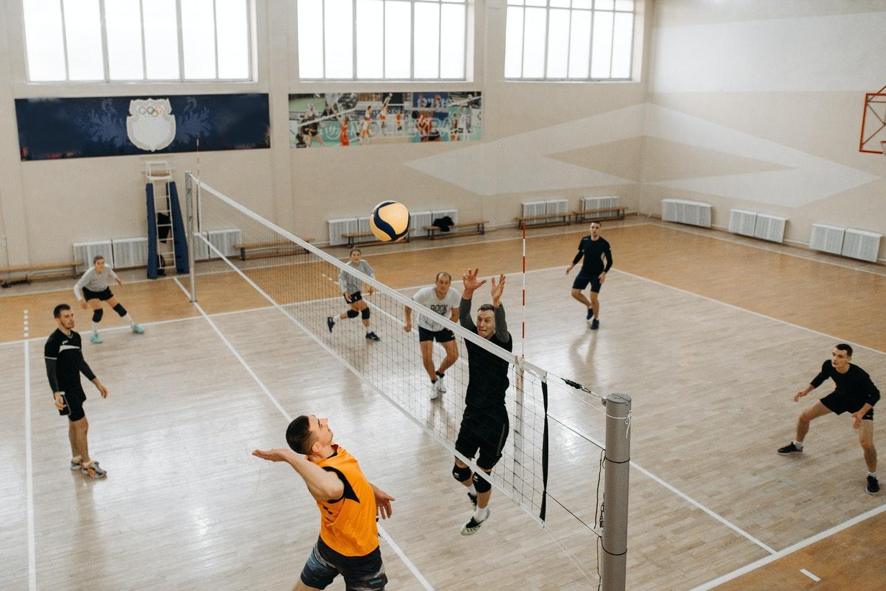 Ein Volleyball-Match in der Halle