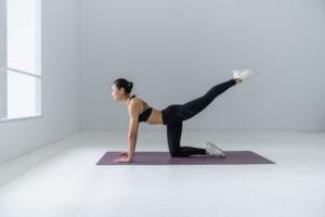 Frau macht Yoga auf einer Yogamatte