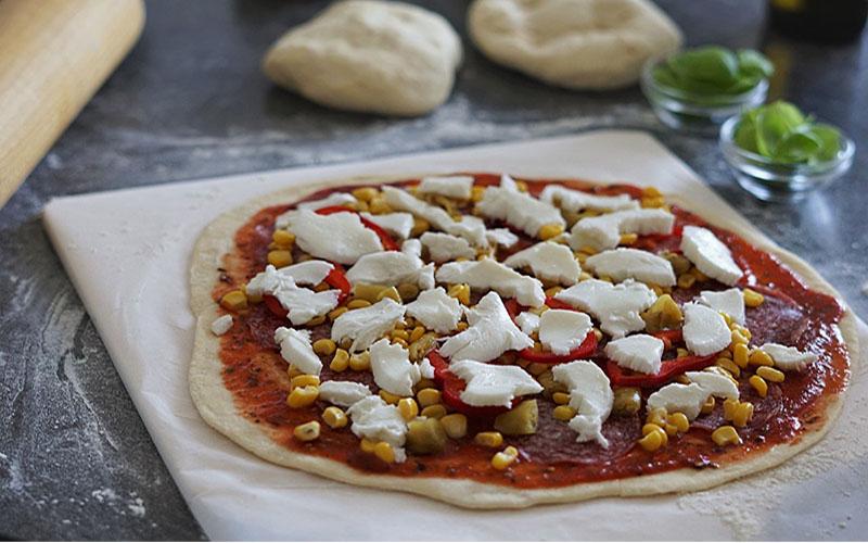 Pizza liegt auf dem Pizzastein