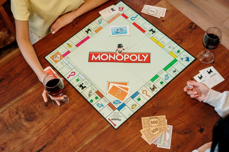 Zwei Personen spielen Monopoly