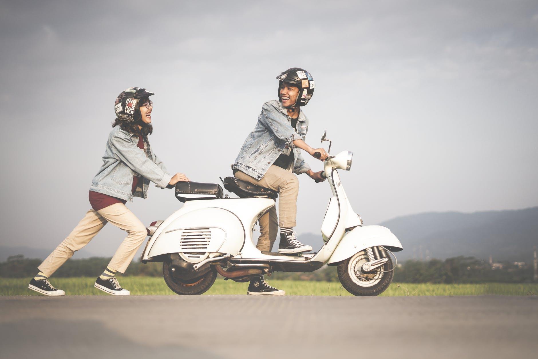 Rollerfahrer mit Helmen.
