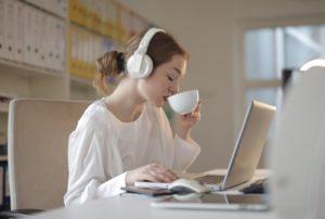 Eine Frau benutzt Bluetooth-Kopfhörer zum Arbeiten