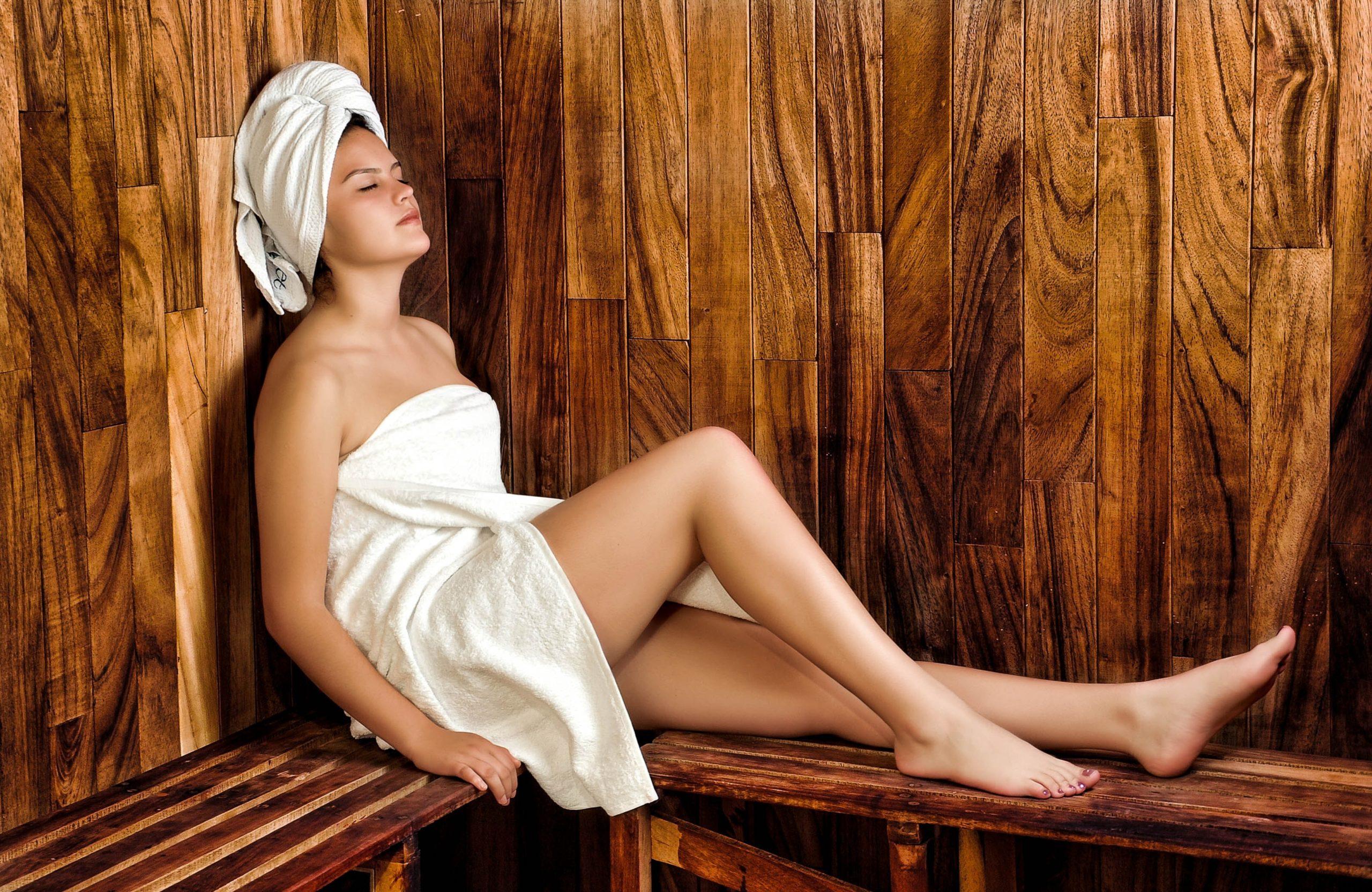 Frau alleine in der Sauna
