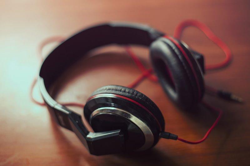 Over-Ear Kopfhörer mit Kabel auf einem Holztisch.