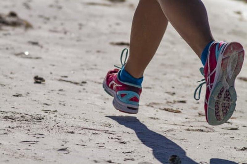 Laufende Person mit Laufschuhen