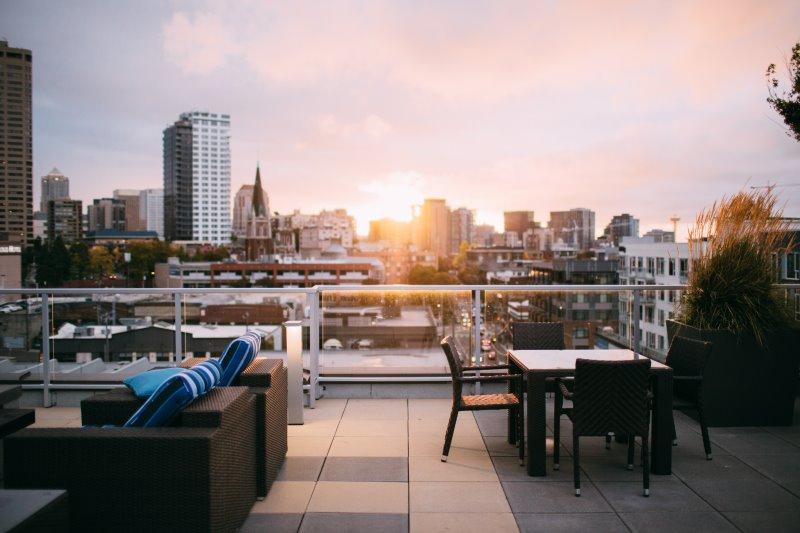 Loungemöbel auf einer Terrasse im Sommer