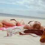 Zwei Mädchen sonnen sich am Strand