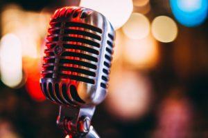 glänzendes Mikrofon mit Lichterspiel
