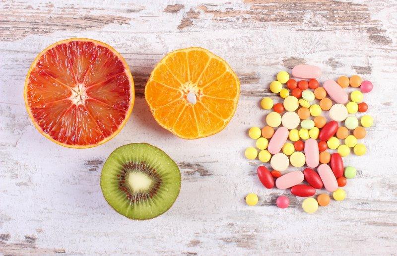 Multivitamin-Tabletten im Vergleich zu Früchten