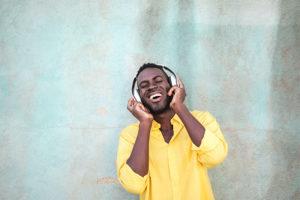 Mann hört Musik mit Over Ear Kopfhörer