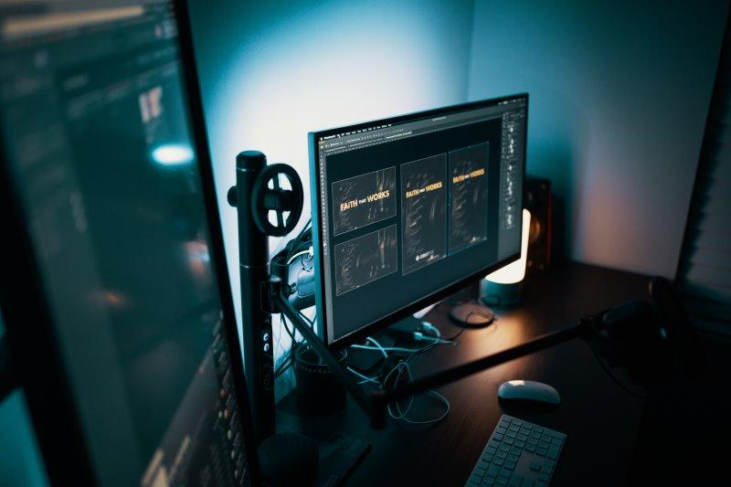 Bildschirme mit diversem Zubehör