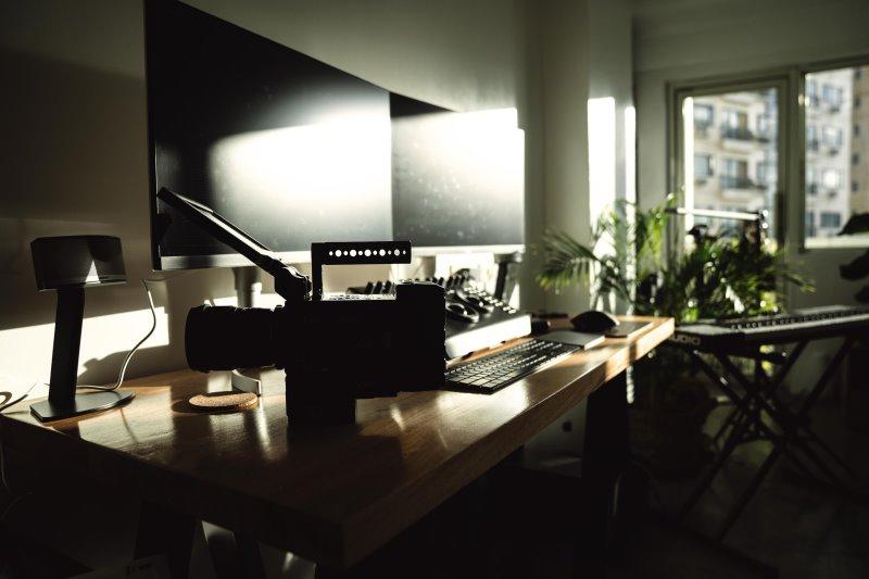 32 Zoll Monitoren die von der Sonne angestrahlt werden