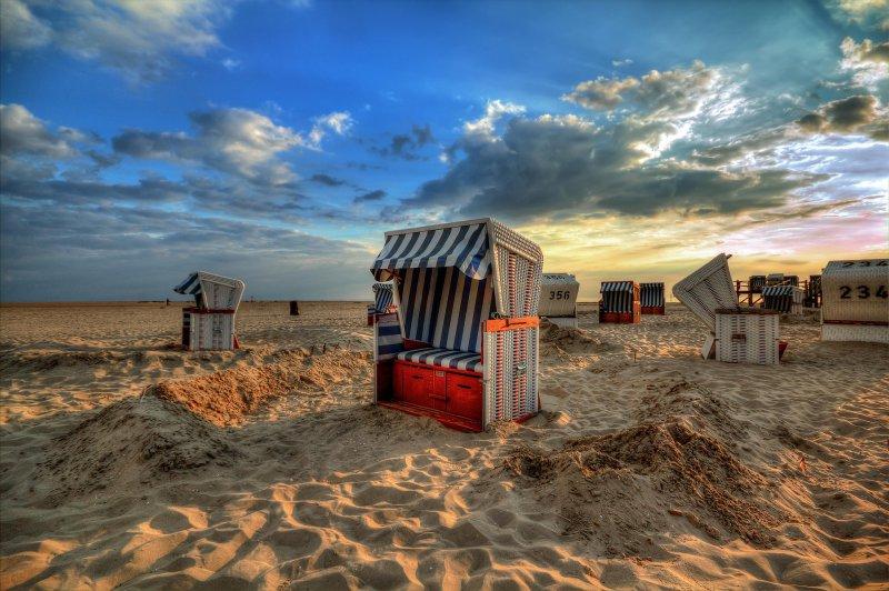 Strandkörbe am Strand während des Sonnenuntergangs