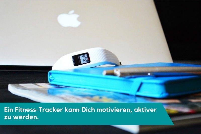 Fitness-Tracker mit Notizbuch und Laptop