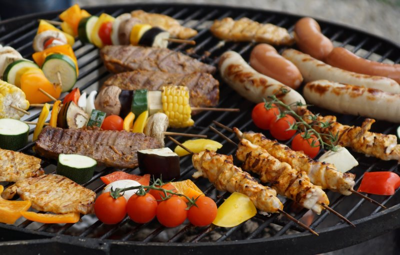 Grillgemüse und Grillfleisch auf einem Kugelgrill