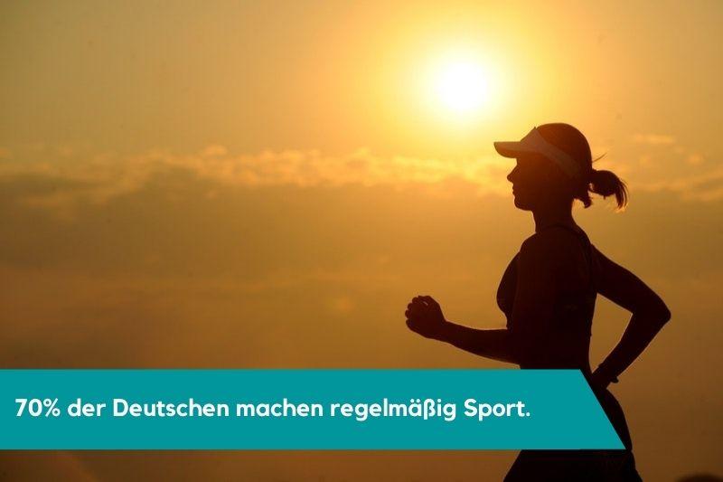 Frau beim Joggen mit Fitness Tracker