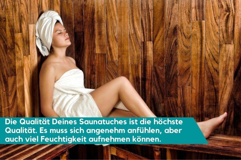 Frau sitzt in der Sauna mit einem Saunatuch