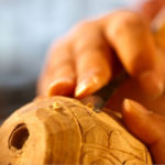 Feine Holzarbeit mit Schnitzmesser