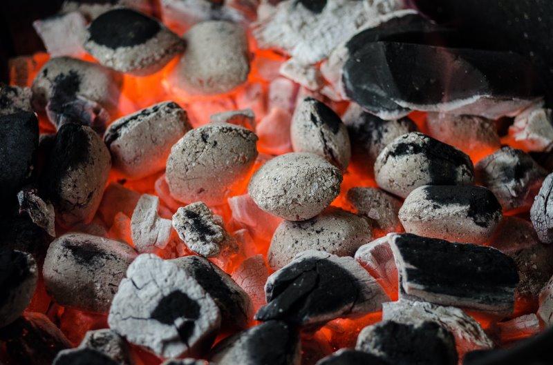 Heiße Holzkohle für den Grill