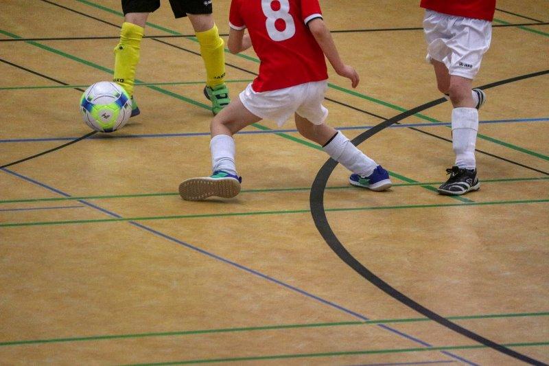 Kinder spielen Hallenfußball
