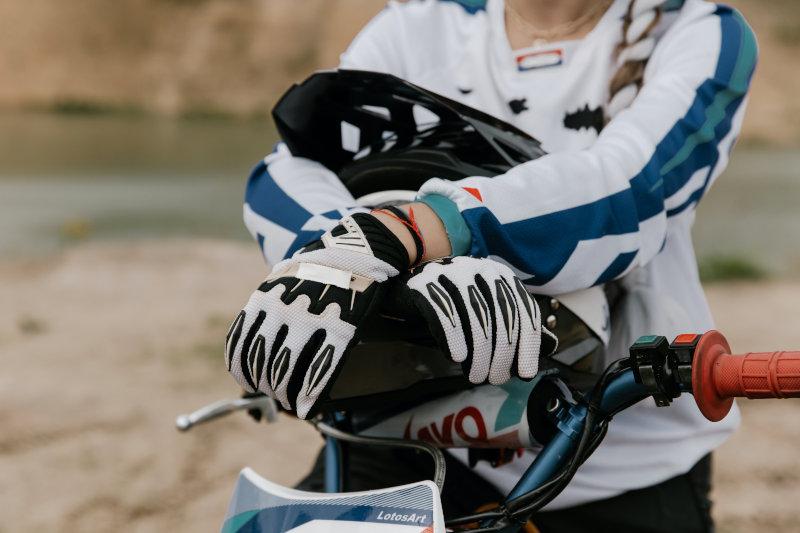 Mountainbiker mit Fahrradhandschuhen