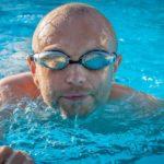 Mann mit verspiegelter Schwimmbrille